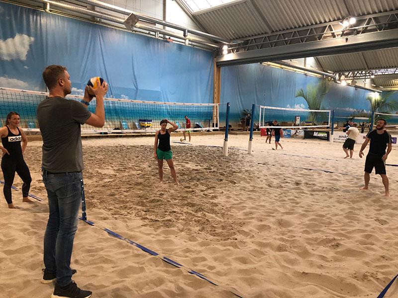 MOVEmber inleddes med beach volleyboll och Julia funderade intensivt över sin serve