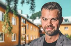 Porträtt på fastighetschef Karl-Johan framför en av HSBs fastigheter