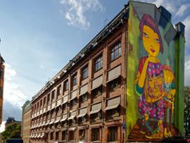 Fastighet med väggmålning på gavel i Mosebacken Stockholm