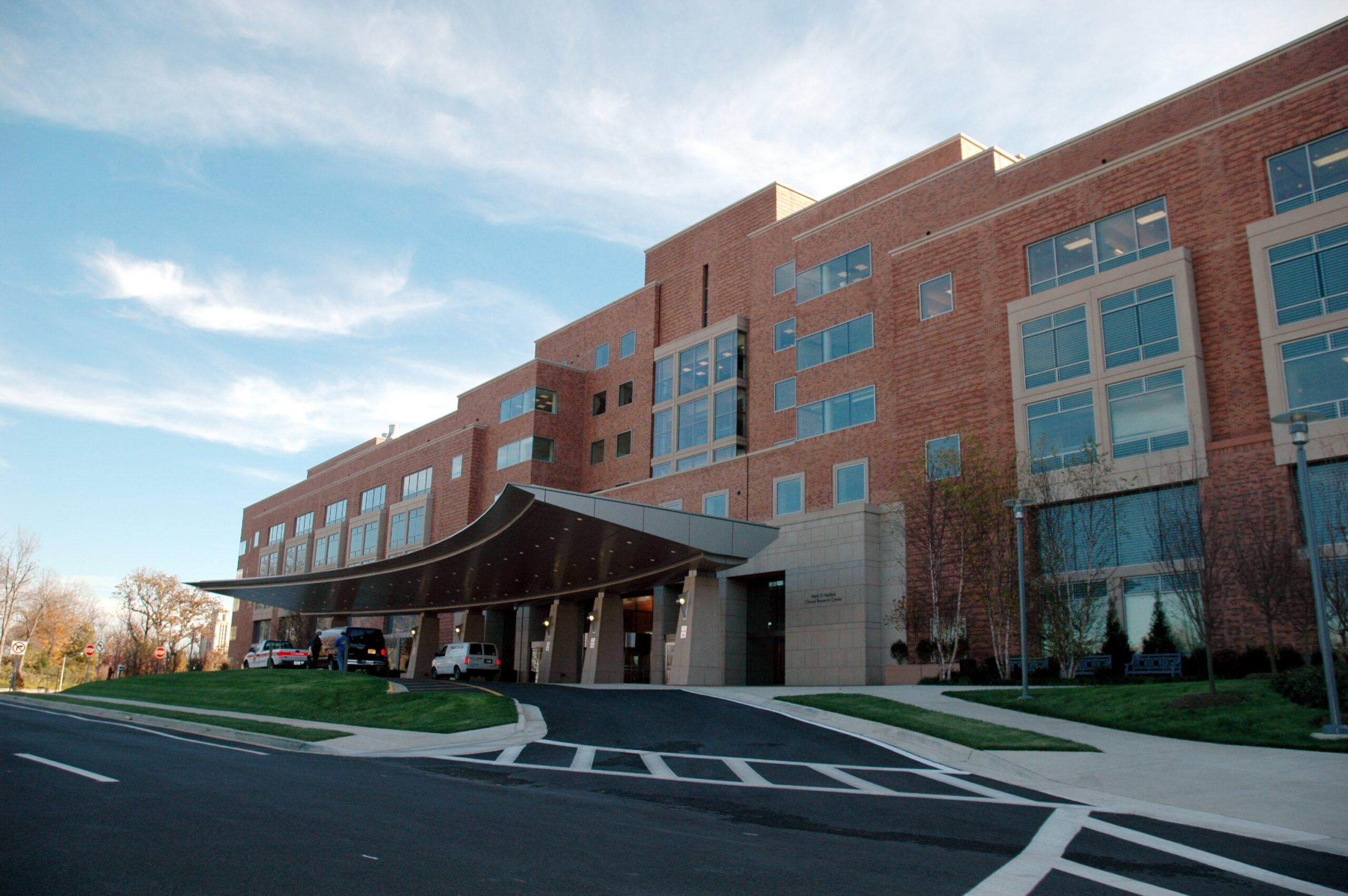 Sjukhus som exempel på fastighet som är dyr att göra underhållsplan för. Väg framför och himmel i bakgrunden