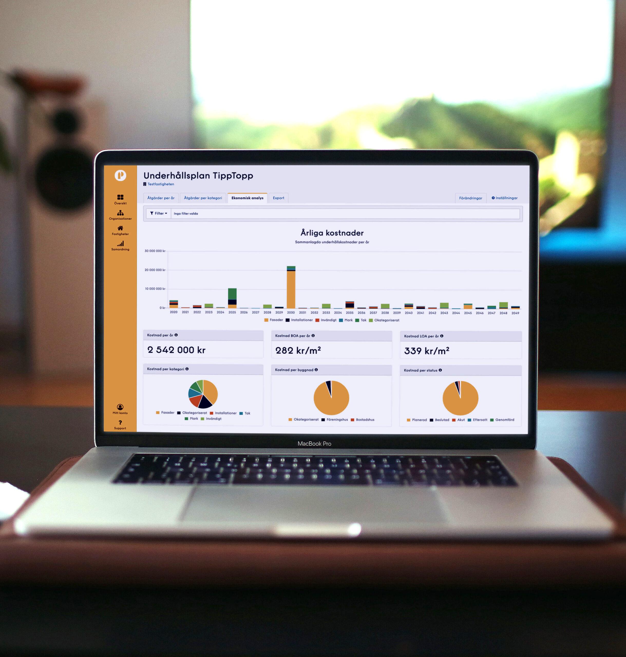 Laptop på bord med Planima på skärmen, en webbtjänst för underhållsplanering