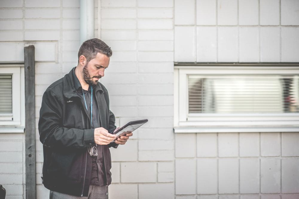 Andreas Engberg, regionchef på Sustend, under besiktning för underhållsplan med iPad i handen.