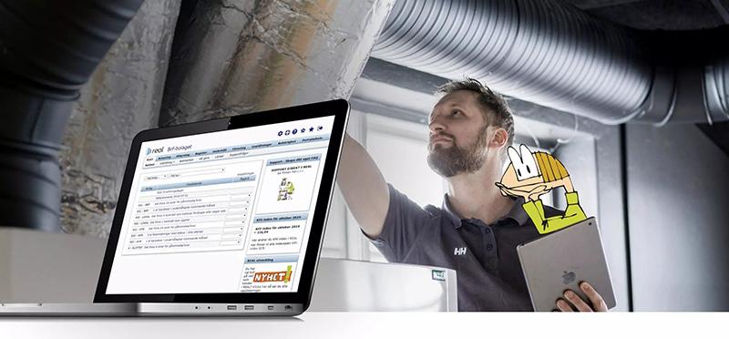 Fastighetstekniker med iPad i handen och laptop med Real fastighetssystem på skärmen.